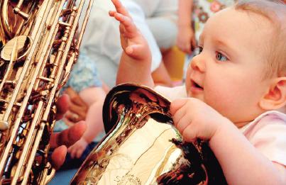 bebe y saxofon