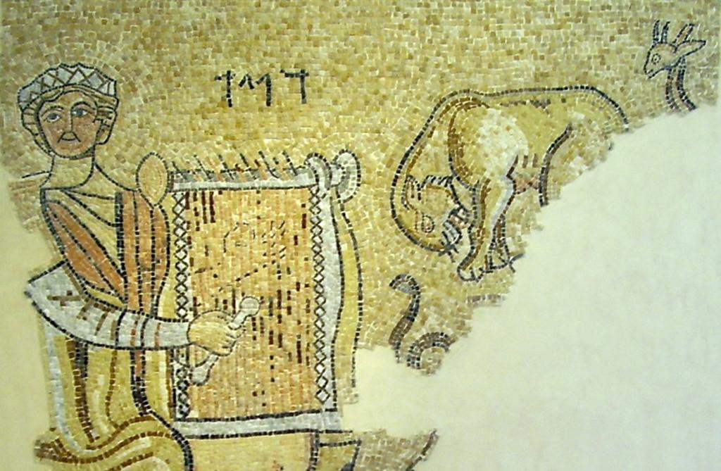 """Mosaico del siglo II antes de Cristo, con inscripción en hebreo con el nombre de """"David"""". El artista probablemente se refiere al bíblico rey David, poeta y arpista. Junto a la figura de David, se muestra un joven león, símbolo de Judá, la jirafa y la serpiente, todos aparentemente escuchando la melodía de David."""