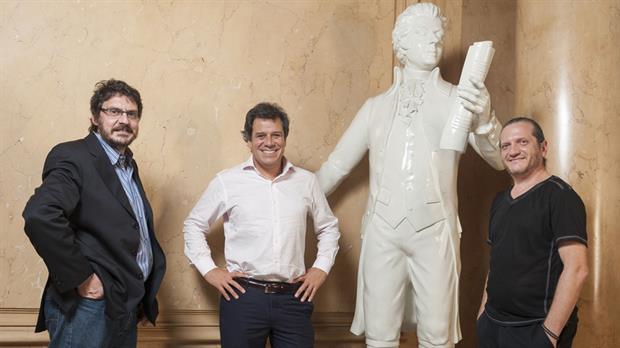 Los tres especialistas, junto a una estatua de Mozart que el Colón prestó para la foto con el genio.Foto:patricio pidal / Afv