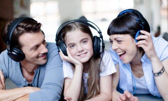 Familia-escuchando-música-660x400