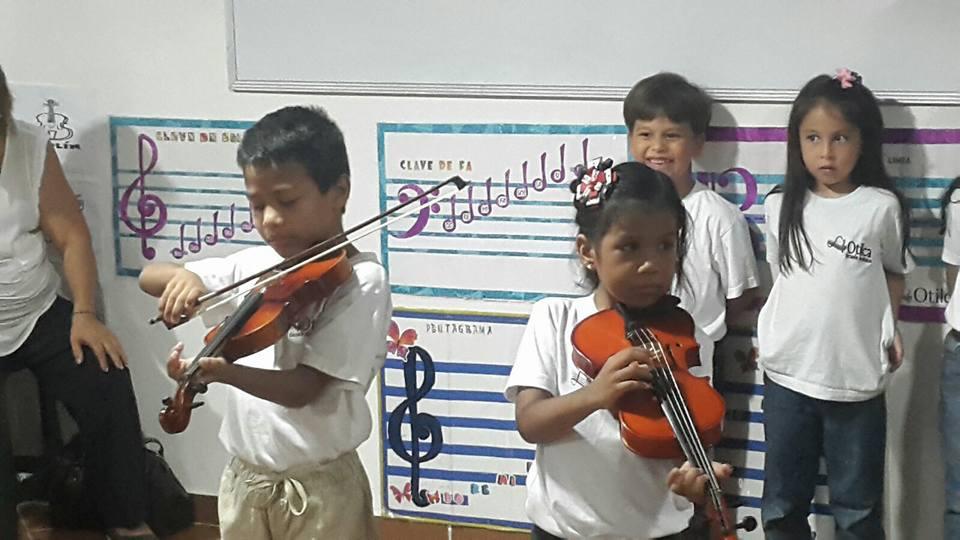 Niños de Otilca tocando Violín