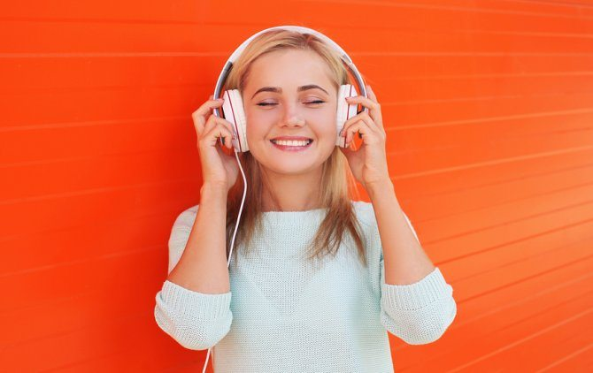 chica-sonriente-escuchando-musica
