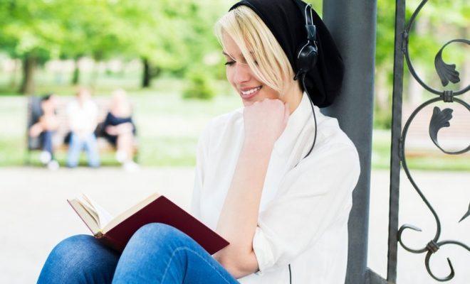 mujer-leyendo-con-musica-660x400