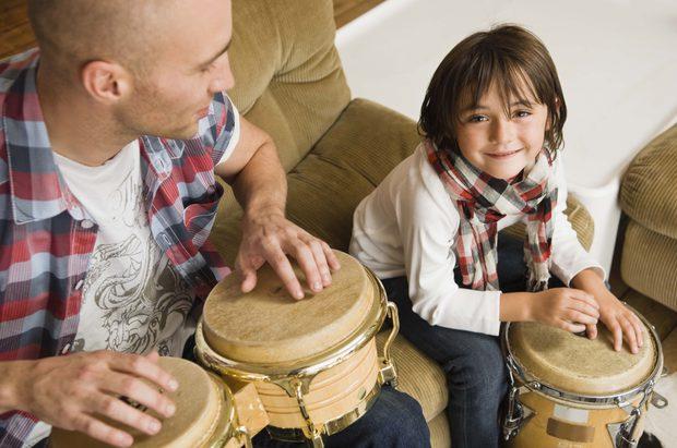 La música puede ayudar a hacer participar a un estudiante con síndrome de Down en el proceso de aprendizaje. (Jupiterimages/Polka Dot/Getty Images)